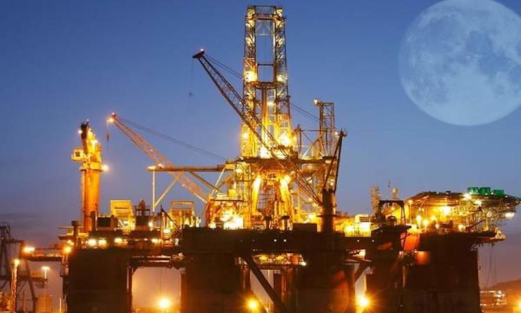 Ahora 'falta' petróleo: el déficit de producción impulsa los precios y borra 350 millones de barriles del mercado