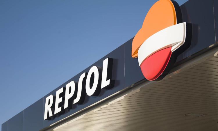 Repsol sale de pérdidas y gana 1.235 millones de euros hasta junio