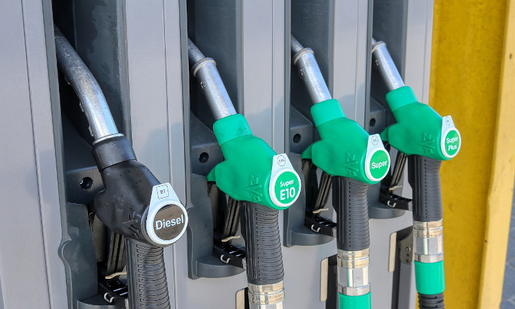 El precio de los carburantes cae por tercera semana consecutiva, pero es un 21% más caro que hace un año